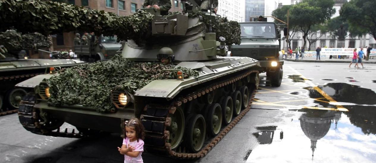 Menina posa para foto em frente a tanque do Exército após desfile cívico em 07/09/2009 Foto: Gabriel de Paiva / O Globo