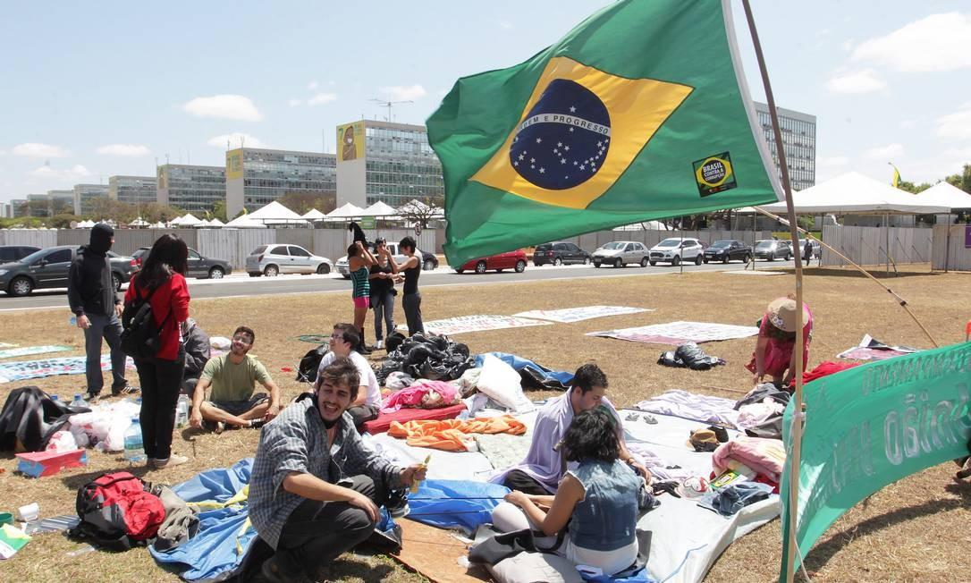 Movimento Brasil contra a Corruoção monta acampamento na frente do palanque presidencial, na Esplanada dos Ministérios Foto: Ailton de Freitas / O Globo
