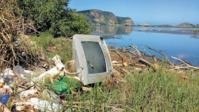 Prova do descaso. O entorno da Lagoa de Itaipu está cheio de lixo doméstico oriundo dos rios que ali deságuam Foto: Luiz Gustavo Schmitt