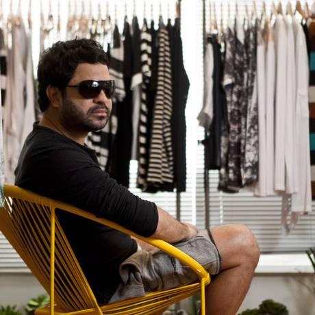 Alex Mallet em seu ateliê no Centro, onde vende apenas roupas masculinas: o estilista se apaixonou por moda aos 16 anos, quando trabalhava como vendedor Foto: Agência O Globo / Guilherme Leporace