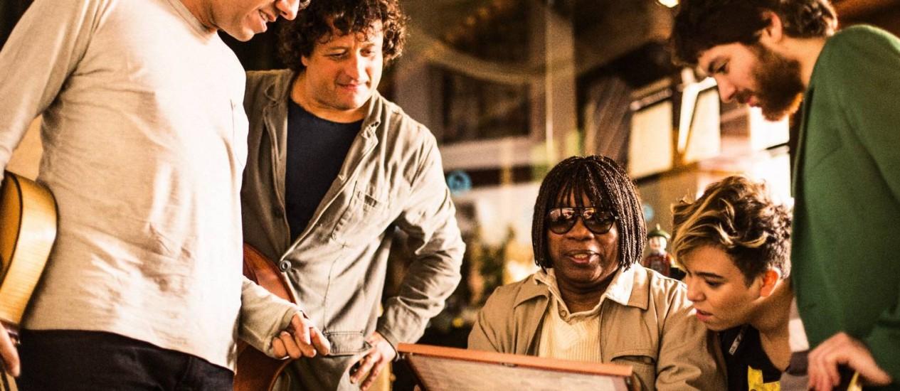 Milton Nascimento é cercado com Hamilton de Holanda, Dudu Lima, Maria Gadú e Dani Black Foto: Fabio Seixo / Agência O Globo