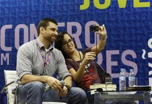 Escritor carioca Eduardo Spohr tira foto ao lado de fã durante palestra na Bienal do Livro 2013, no Riocentro Foto: Mônica Imbuzeiro / Agência O Globo