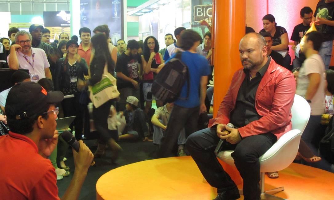 O autor paulista André Vianco conversa com leitores no Acampamento, na Bienal do Livro 2013 Foto: Marina Cohen / Agência O Globo