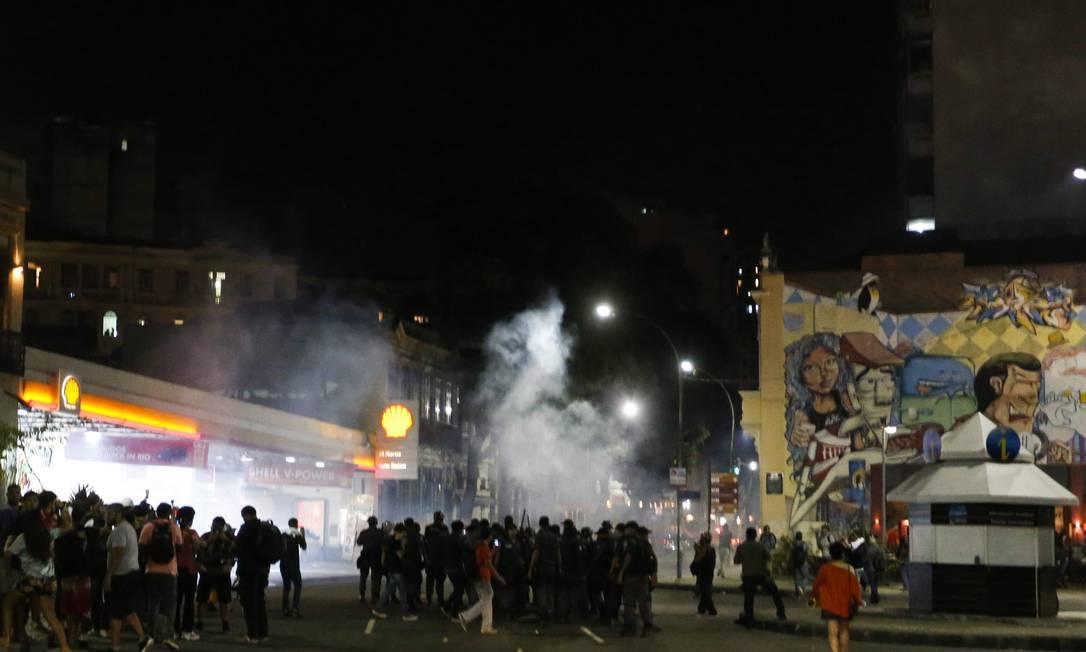 Confronto entre manifestantes e policiais militares fecha Avenida Mem de Sá na Lapa; bombas de gás lacrimogêneo foram lançadas Foto: Guito Moreto / O Globo