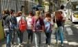 Saída de alunos do Santo Inácio, na Rua São Clemente: jovens evitam andar com eletrônicos nas mãos