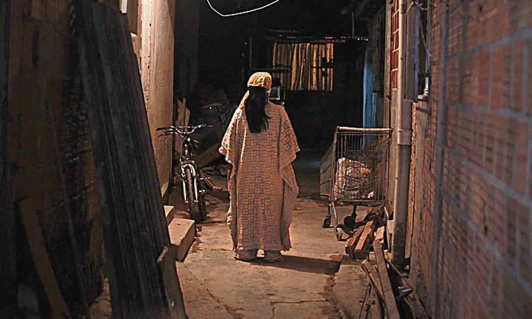 Adepta de culto afro em sua nova casa: crença desrespeitada - Foto: Urbano Erbiste / Agência O Globo