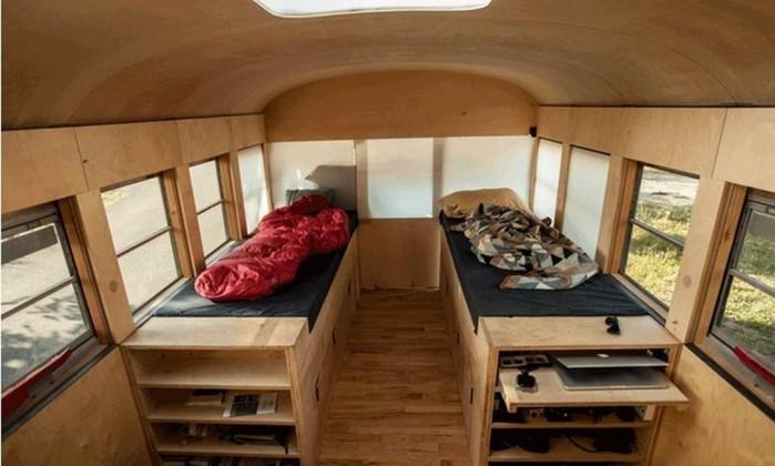 Entre as adaptações, duas camas sobre armários Hypeness