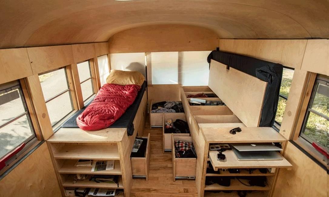 Embaixo dos colchões das camas, mais espaço para guardar pertences Hypeness