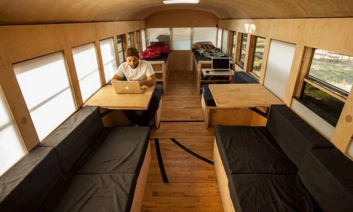 Espaço central funciona como uma sala com mesas e sofás Hypeness