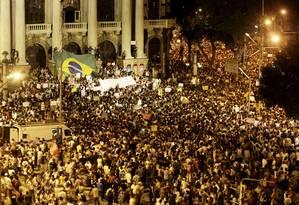 RI Rio de Janeiro (RJ) 17/06/2013 Manifestação contra o aumento dos ônibus no Rio - Manifestantes na Cinelândia e Avenida Rio Branco. Fotos Hudson Pontes / Agência o Globo. Foto: Hudson Pontes / Agência O Globo