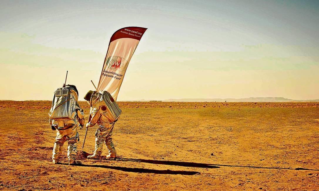 Dois cientistas participam de simulação do ambiente marciano no deserto de Marrocos Foto: REUTERS