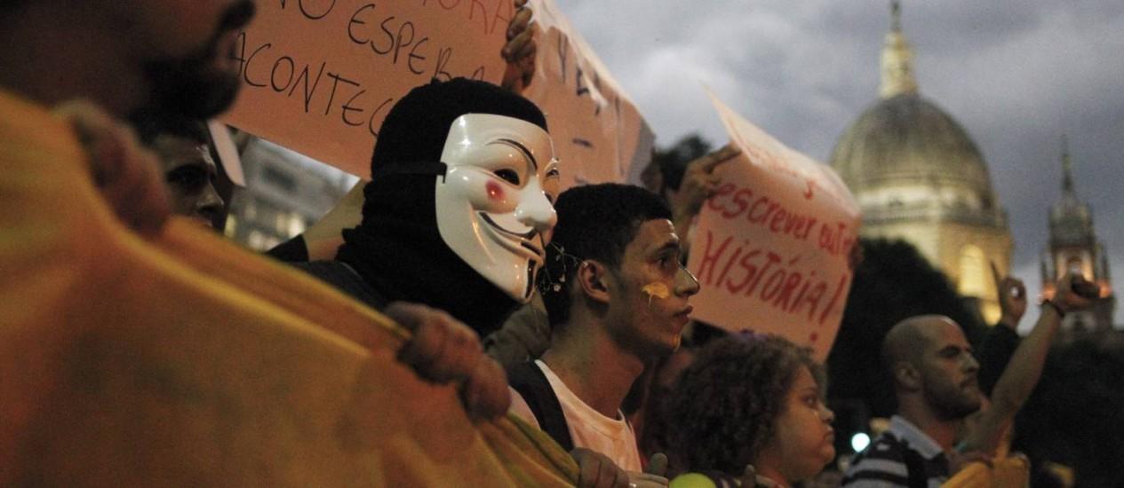 Mascarado em manifestação no Centro do Rio Foto: Pedro Kirilos / Agência O Globo