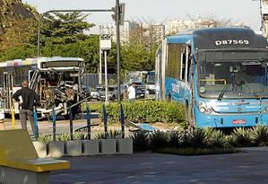 Ônibus do Transoeste e outro coletivo danificados numa colisão, na Barra - Foto: Gabriel de Paiva