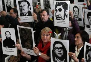 Ex-presidente Bachelet segura foto de vítima da ditadura em ato pelos 40 anos do golpe militar no país Foto: IVAN ALVARADO / REUTERS