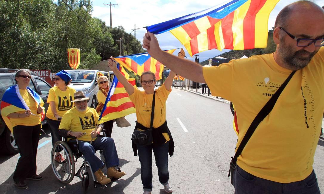 Milhares de pessoas saíram às ruas com bandeiras da Catalunha RAYMOND ROIG / AFP