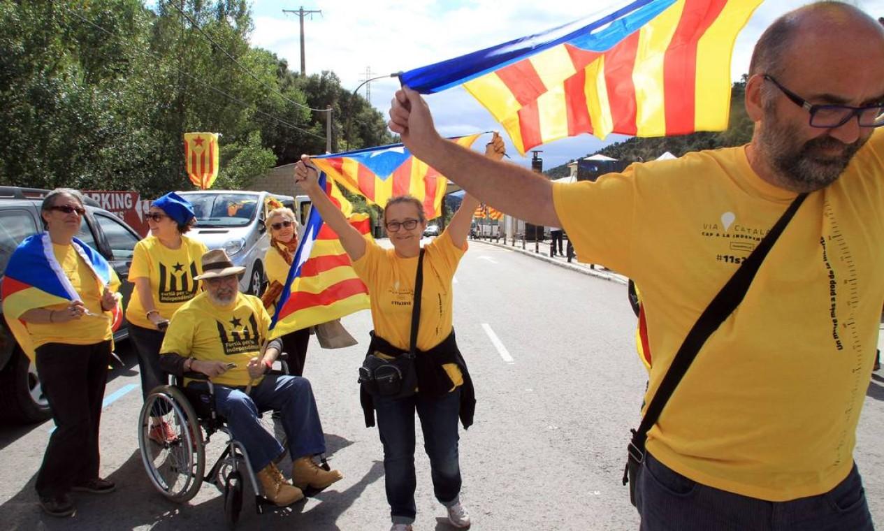 Milhares de pessoas saíram às ruas com bandeiras da Catalunha Foto: RAYMOND ROIG / AFP