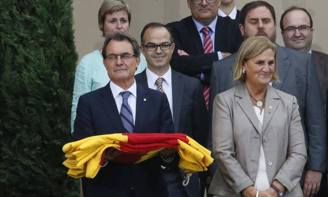 O presidente de governo da Catalunha, Artur Mas, segura uma bandeira em cerimônia em homenagem à região Foto: GUSTAU NACARINO / REUTERS