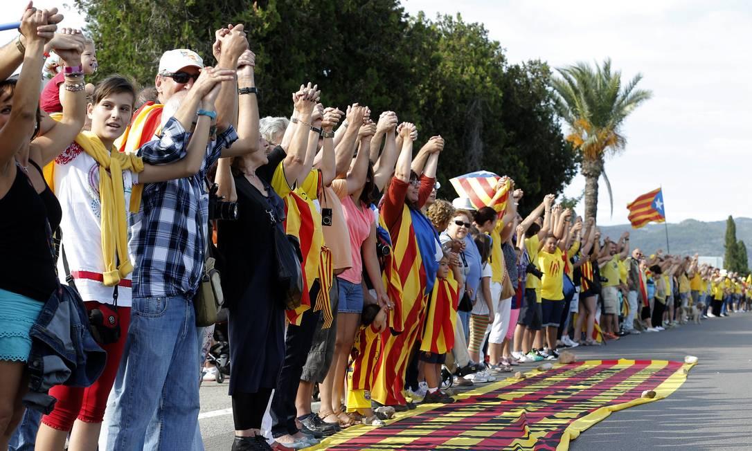 Catalães formam fila de 400 quilômetros, num dos eventos que marcam o Dia Nacional da Catalunha Foto: JOSE JORDAN / AFP