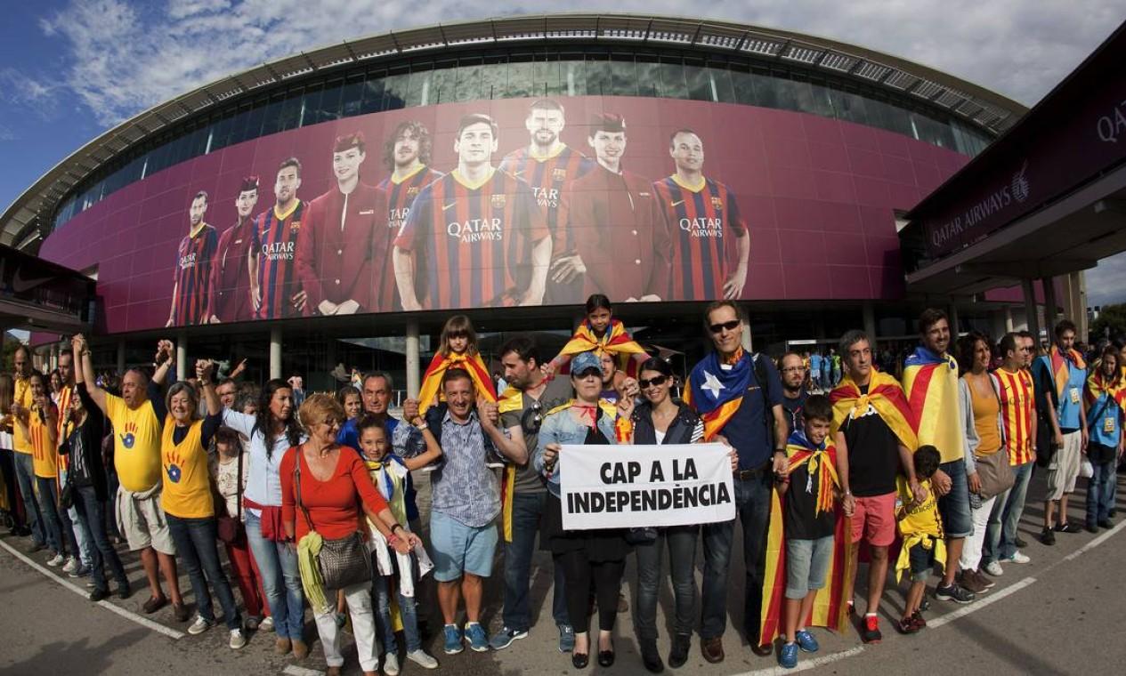 Manifestantes realizaram nesta quarta-feira uma corrente humana de 400 quilômetros pela independência da Catalunha Foto: QUIQUE GARCIA / AFP