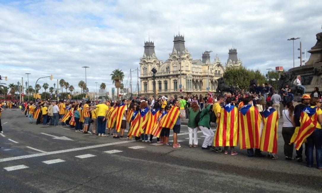 Corrente de manifestantes se reúne na orla de Barcelona Foto: Agência O Globo / Renato de Alexandrino
