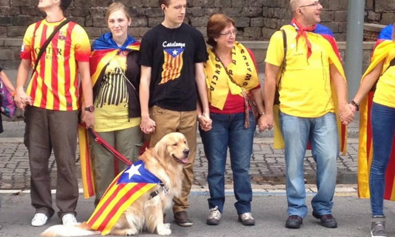 Até um cãozinho participou ao lado do dono na corrente humana Foto: Agência O Globo / Agência O Globo