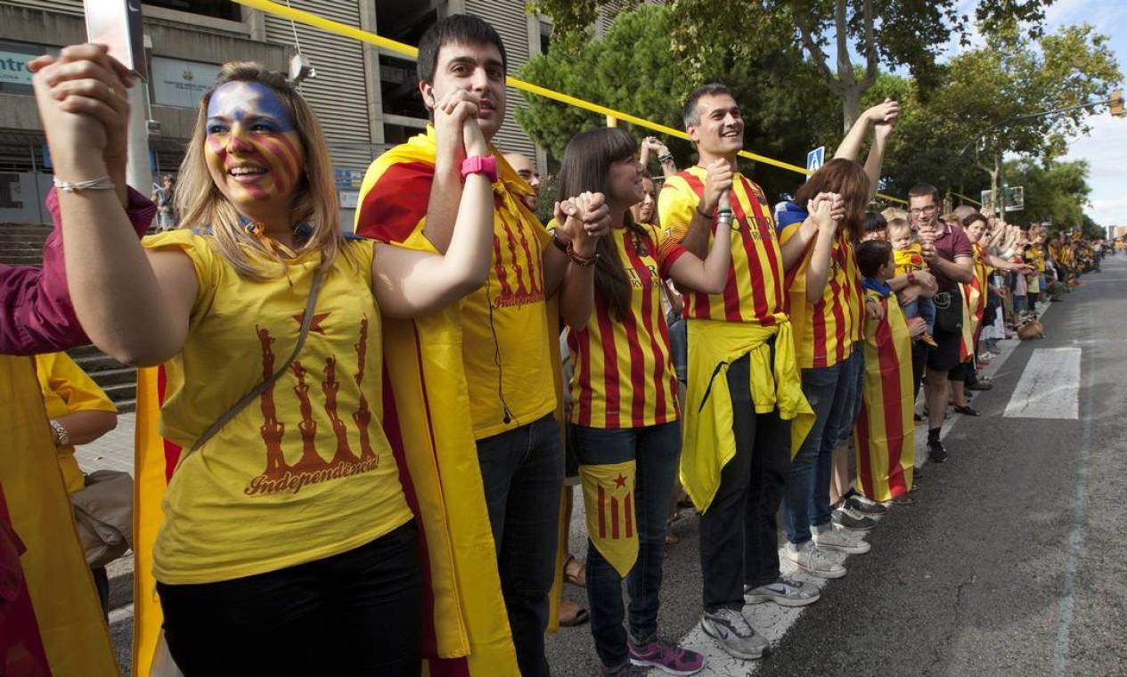 A corrente humana passou por vários pontos turísticos da capital Barcelona... Foto: QUIQUE GARCIA / AFP