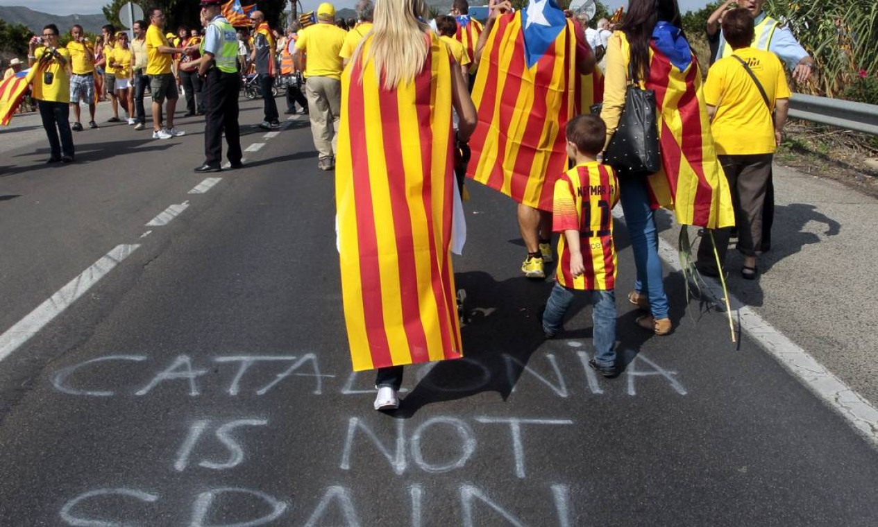 No asfalto, manifestantes escreveram: 'Catalunha não é Espanha' Foto: JOSE JORDAN / AFP