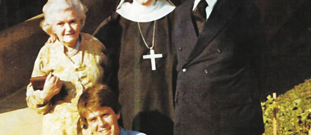 O intelectual (de terno) e sua filha, madre Maria Teresa, a mulher, Maria Theresa, e o neto, Carlos Eduardo Foto: Terceiro / Álbum de família
