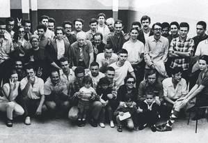 Presos políticos exiliados aguardam embarque para a Argélia, em 1970. Cid Benjamin é um deles