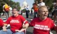 Mulheres bloqueiam cruzamento em Washington em manifestação pela reforma da lei migratória. Ao fundo, o Capitólio