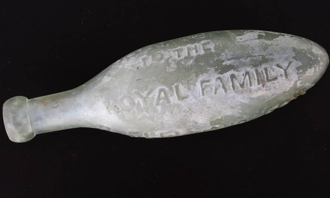 """Garrafa de água de vidro com a inscrição, em alto-relevo: """"To the Royal Family"""" (Para a família real) Foto: Guito Moreto / Agência O Globo"""