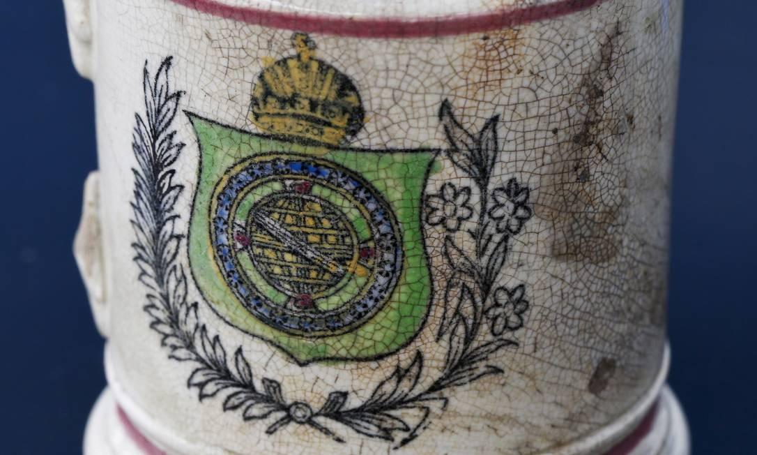 Uma caneca com um símbolo do império Foto: Guito Moreto / Agência O Globo