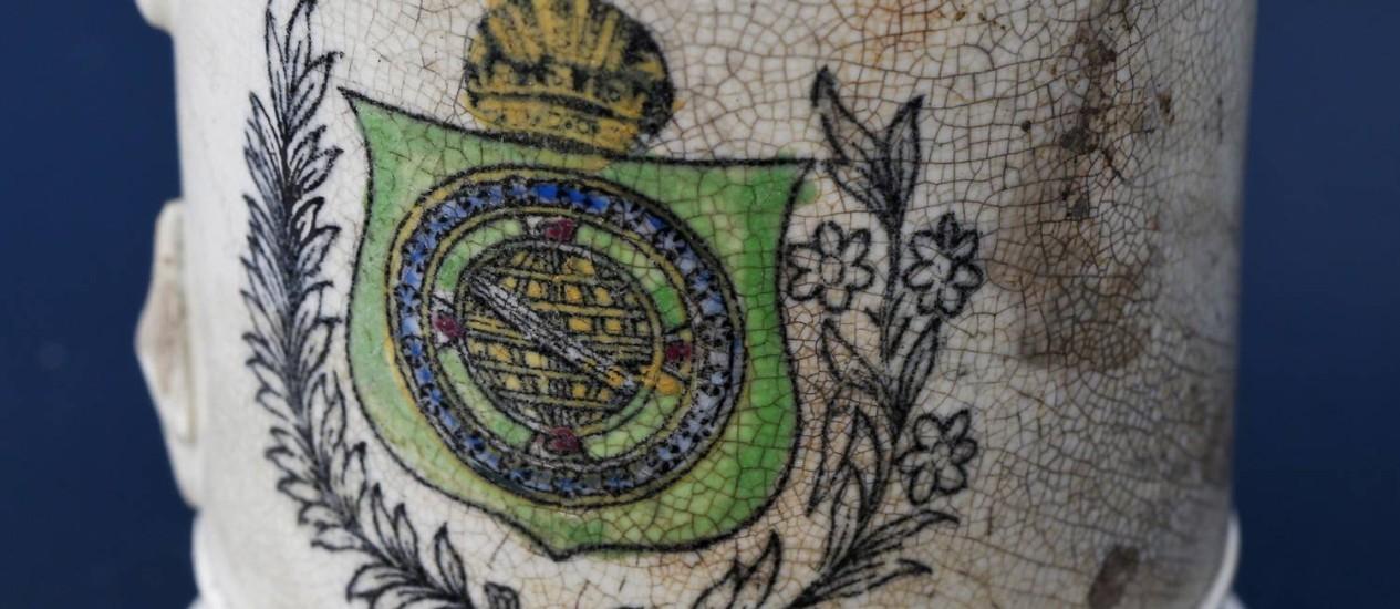 Uma caneca com um símbolo do Império Foto: Guito Moreto / O Globo
