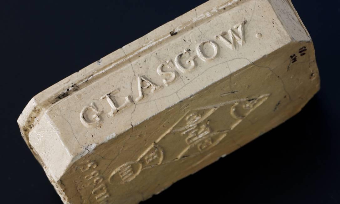 Uma caixa de fósforos importada da Europa, outro achado do sítio arqueológico Foto: Guito Moreto / Agência O Globo