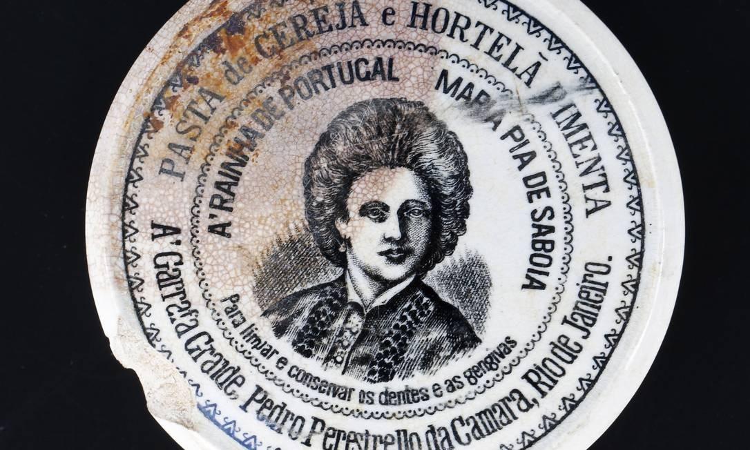 Uma pasta de dentes sabor cereja, hortelã e pimenta produzida no Rio do século XIX Foto: Guito Moreto / Agência O Globo