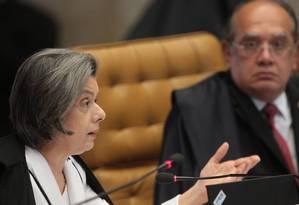 Os ministros Cármen Lúcia e Gilmar Mendes votaram contra a análise dos embargos infringentes Foto: André Coelho / O Globo