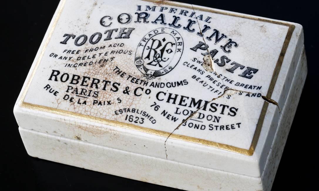 """Recipiente de pasta de dentes de 1823 """"free from acid"""" (livre de ácido) Foto: Guito Moreto / Agência O Globo"""