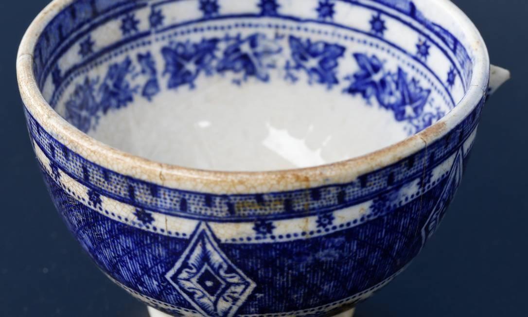 Um vaso de louça resgatado inteiro do subsolo do sítio Foto: Guito Moreto / Agência O Globo