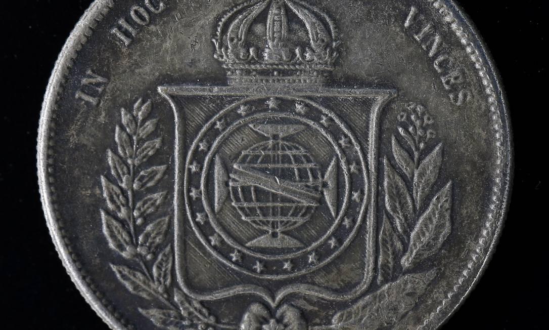 Uma moeda dos tempos de império Foto: Guito Moreto / Agência O Globo