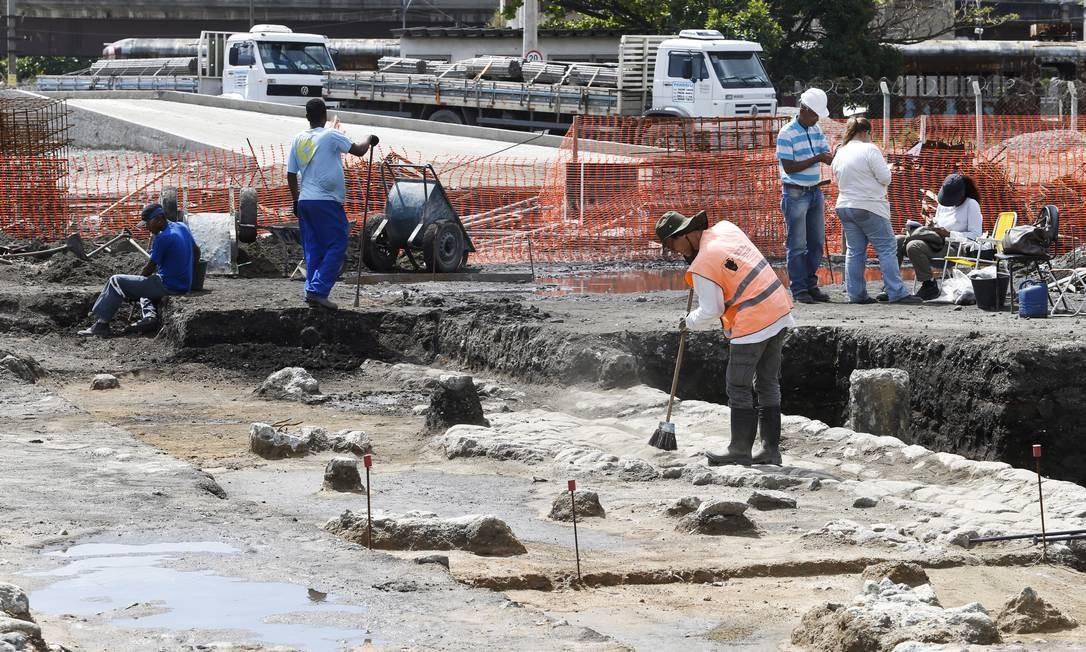 Arqueólogos, historiadores, biólogos e ajudantes trabalham no sítio arqueológico da Leopoldina Foto: Guito Moreto / Agência O Globo