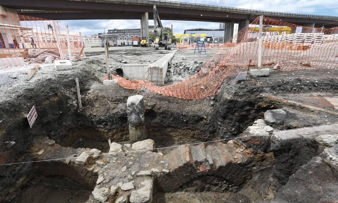 Uma das trincheiras abertas no sítio arqueológico: no fundo, a estação Leopoldina e, no alto, o viaduto que liga o Centro o início da Linha Vermelha Foto: Guito Moreto / Agência O Globo