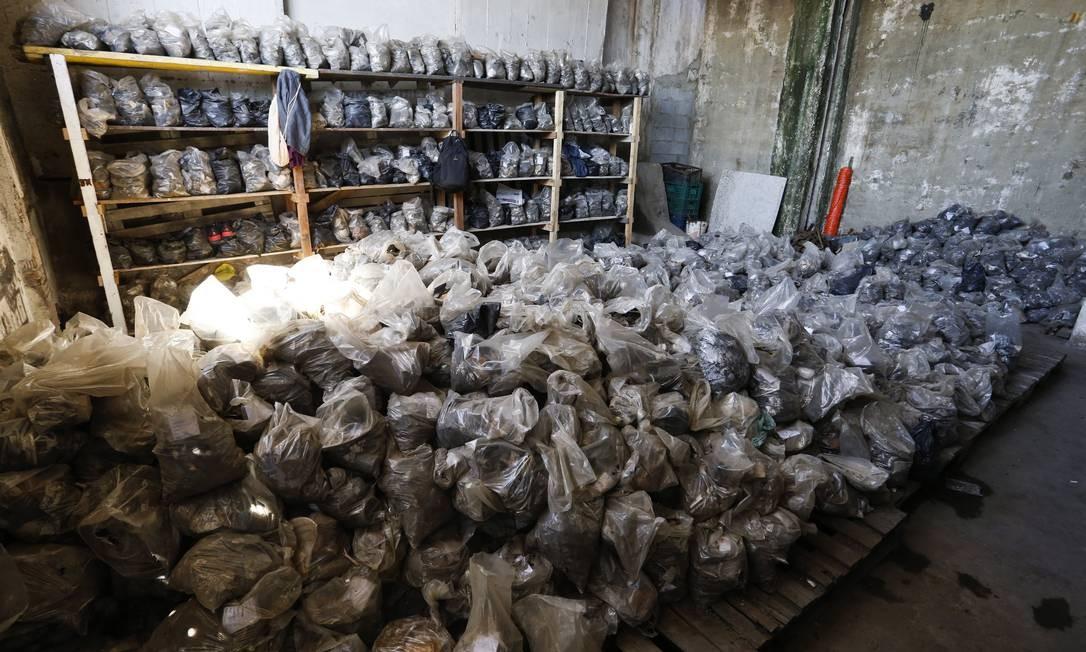 Sacos onde estão guardados parte dos achados: são quase 200 mil objetos ou fragmentos Foto: Guito Moreto / O Globo