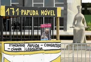 """Manifestantes ligados colocam faixa e montam o """"Papuda-Móvel"""", ônibus em forma de cela, em frente ao STF - Foto: André Coelho/Agência O Globo"""