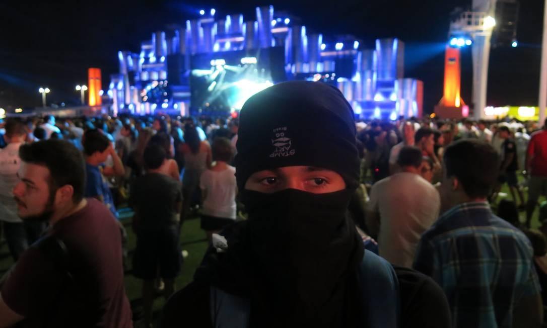 'Eles não deixam usarmos máscaras, então vou usar em protesto', disse o manifestante Foto: Michele Miranda
