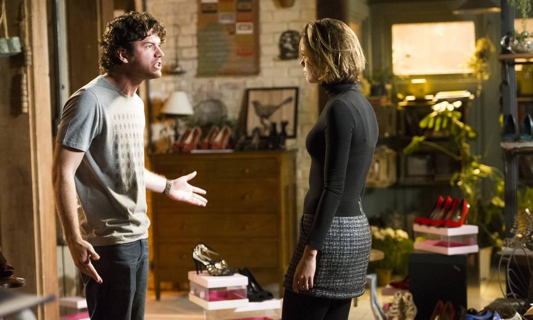 Bento ( Marco Pigossi ) e Amora ( Sophie Charlotte) brigam Foto: TV Globo