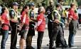 Mulheres são presas após parar o trânsito em Washington durante manifestação pelo avanço da reforma imigratória nos EUA