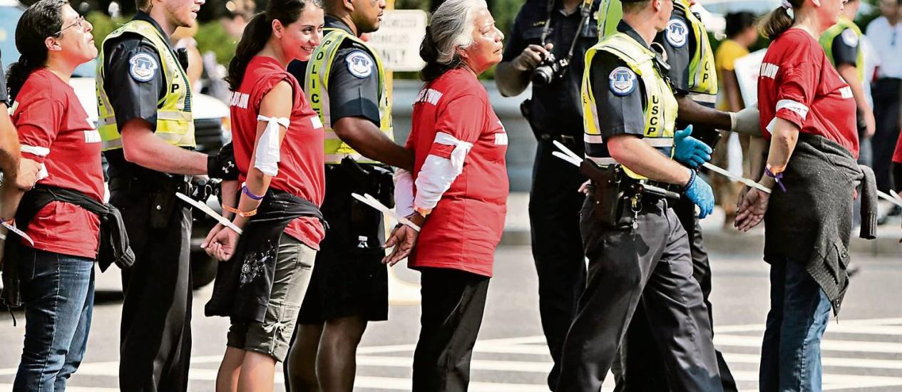 Mulheres são presas após parar o trânsito em Washington durante manifestação pelo avanço da reforma imigratória nos EUA Foto: GARY CAMERON / Reuters