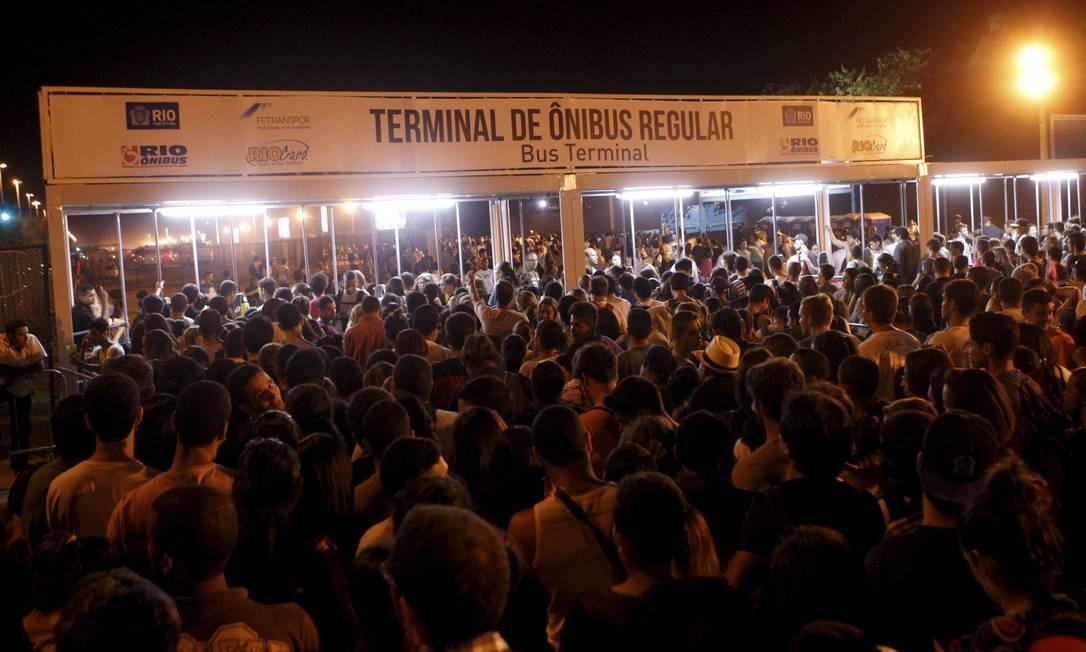 Multidão tenta voltar para casa no fim do show Foto: Gustavo Stephan / O Globo