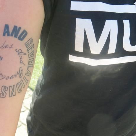 Manuela Santana, de Curitiba, tatuou o nome de seu disco preferido do Muse Foto: Michele Miranda/O Globo