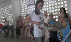 Auxiliar de enfermagem mede a pressão de uma paciente no Posto Tamanduá, em Passira, na última quinta-feira. Não havia médicos no posto Foto: O Globo / Hans von Manteuffel